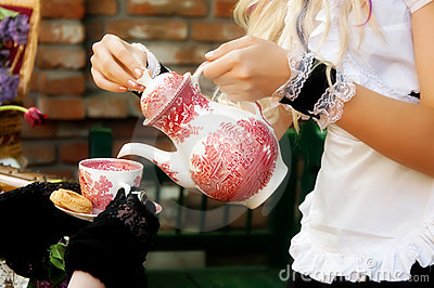 maid-serving-tea-19570084